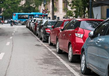 Paralelno parkiranje između automobila