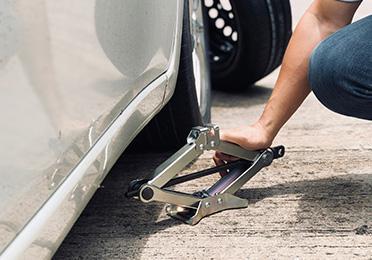 Kako da bezbedno podignete automobil ručnom dizalicom